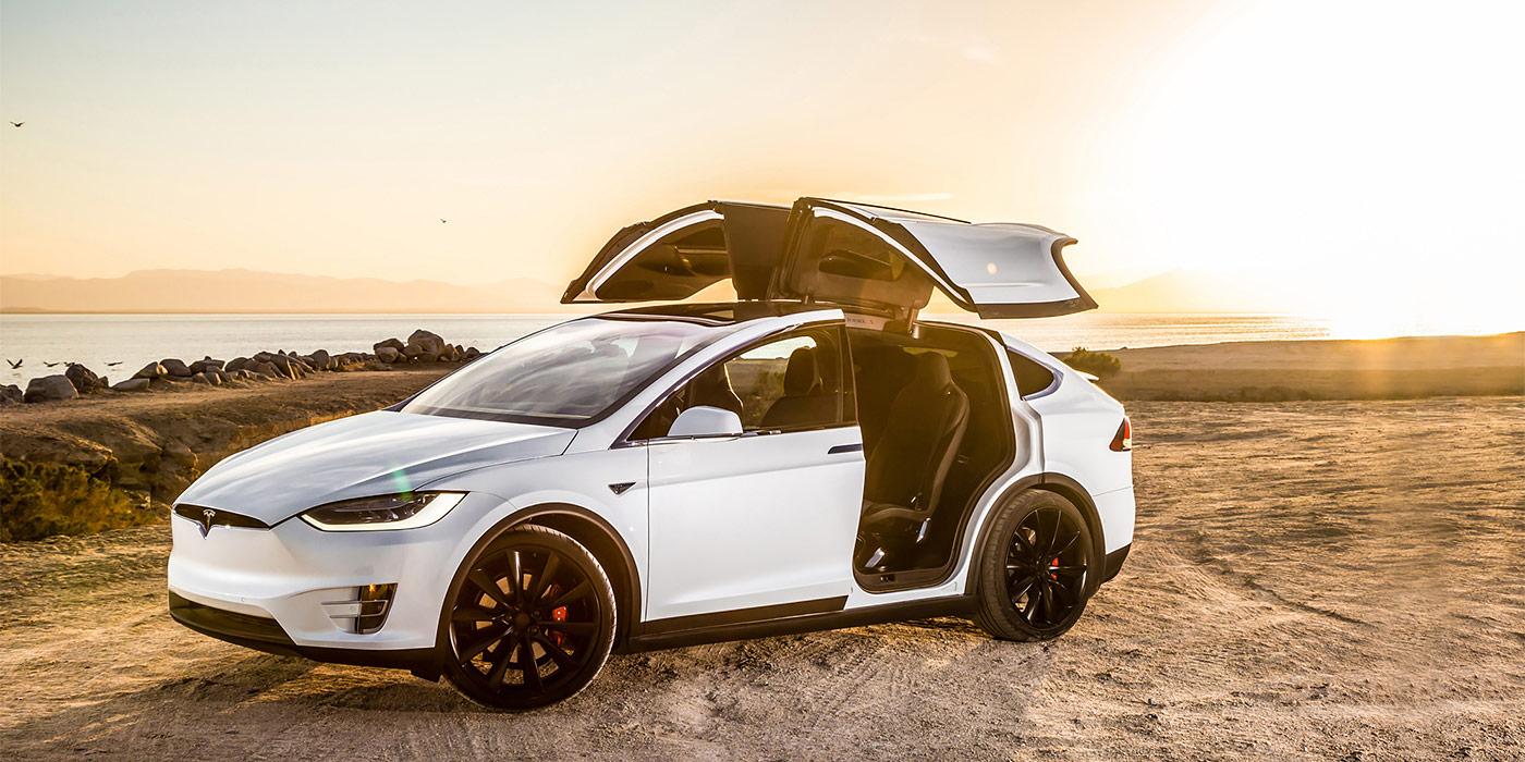 Тесла Модель X в сравнении с BMW iX xDrive50